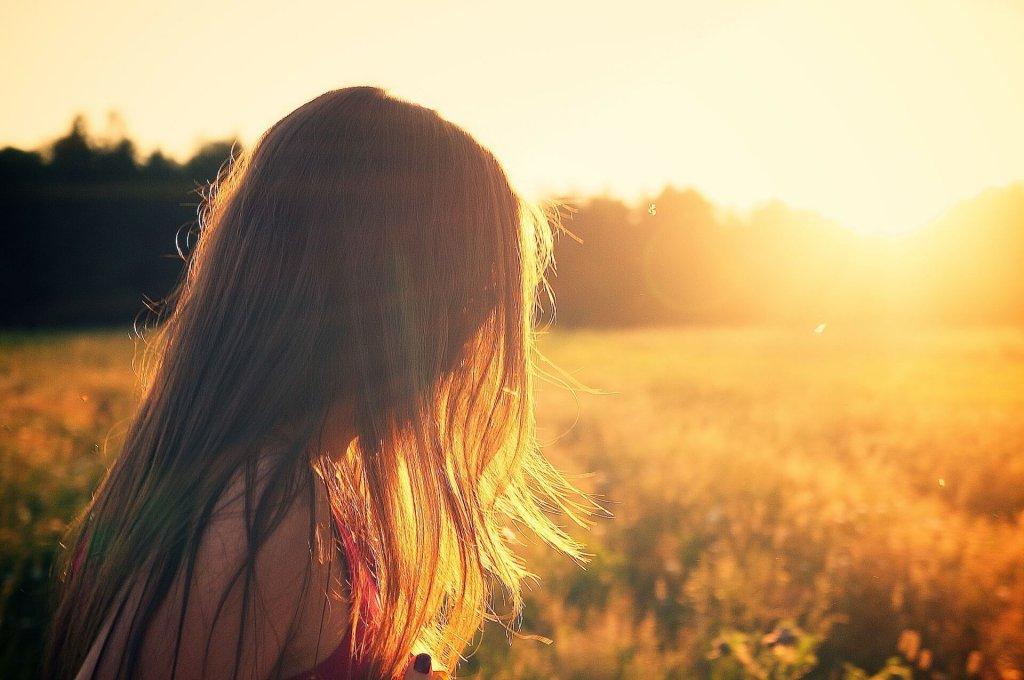 夕日を浴びる少女